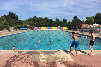 Kids jumping in to Letchworth's outdoor pool